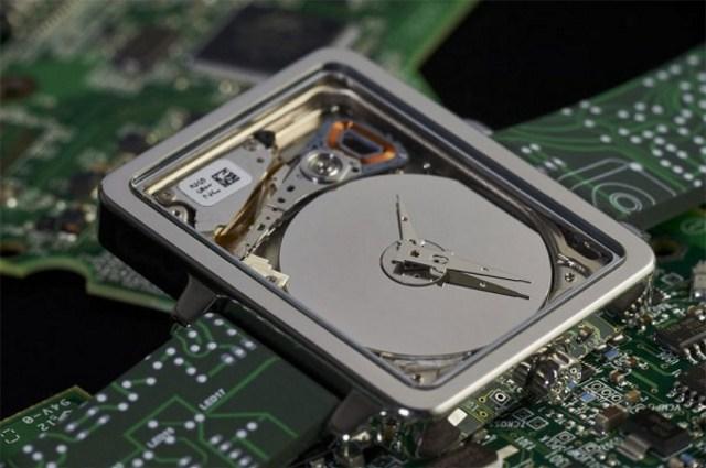Độc đáo đồng hồ làm từ ổ đĩa micro HDD