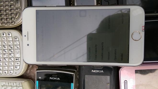 """""""iPhone 6S"""" được bán dạo trên vỉa hè Sài Gòn"""