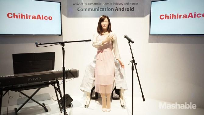 Toshiba giới thiệu robot giống như người tại CES 2015