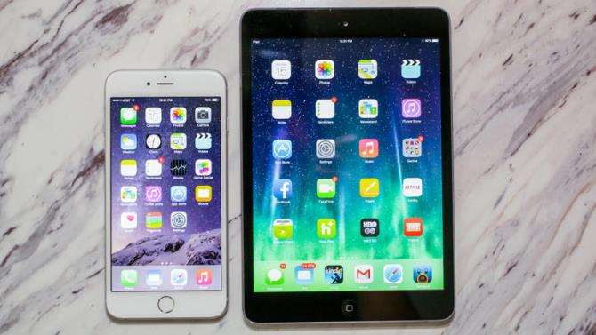 """Trong bối cảnh các dòng Android đầu bảng đều đã có tính năng sạc nhanh, người dùng iPhone chỉ biết cách """"học theo"""" bằng cách cắm iPad vào iPhone. Liệu điều này có gây hại cho chiếc smartphone đắt tiền nhưng cũng rất mỏng manh của bạn không?"""