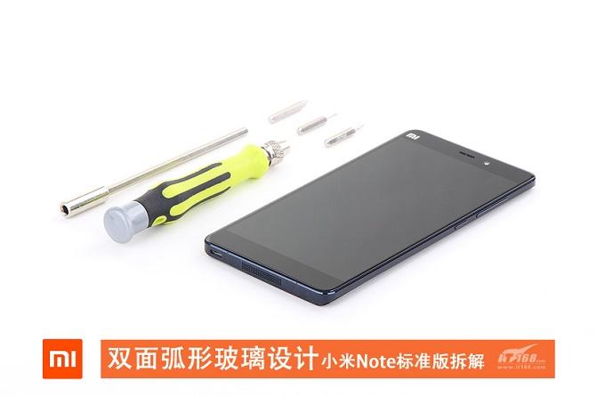 """Dòng phablet được trang bị Snapdragon 801 có giá 2300 NDT (khoảng 7,9 triệu đồng) của Xiaomi đã chính thức lên """"bàn mổ"""" tại Trung Quốc. Các bức ảnh """"mổ"""" Mi Note cho thấy chất lượng lắp ráp của Xiaomi không có gì đáng phải chê trách."""