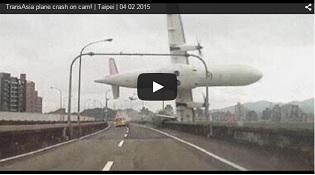 Khoảnh khắc máy bay chở 58 người rơi xuống sông