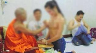 """Cư dân mạng Thái chỉ trích oan nhà sư làm lễ trên """"ngực phụ nữ"""""""