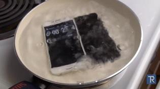 Samsung Galaxy S6 đọ với iPhone 6 trong... nước sôi