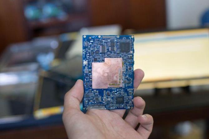 50 năm trước, nhà sáng lập của Intel đưa ra một tiên đoán rằng cứ 2 năm một lần, tốc độ xử lý của máy tính sẽ được tăng gấp 2 lần. Đó không chỉ là một quan sát, một lời tiên đoán: không có Định luật Moore, thế giới của ngày hôm nay sẽ không có smartphone và cũng không có xe tự lái.