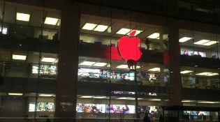 Apple nhuốm màu đỏ lên logo táo khuyết