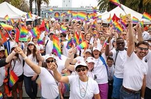 Tim Cook dẫn đầu đoàn 8.000 nhân viên Apple diễu hành ủng hộ LGBT