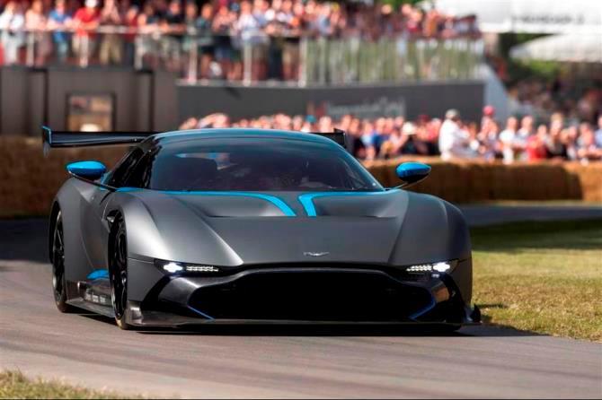 Với thân hình làm bằng sợi carbon, chiếc Aston Martin Vulcan thậm chí còn không được phép lưu hành trên đường phố thông thường.  Khi mua xe, bạn sẽ được các tay đua của Aston Martin hướng dẫn lái