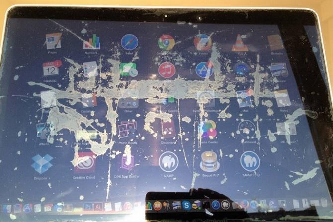 """Hàng nghìn chiếc MacBook Pro gặp phải tình trạng bong lớp phủ chống bóng trên màn hình bị Apple thẳng thừng từ chối với lý do đây là """"lỗi hình thức""""."""