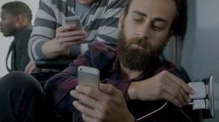Sạc 'ké' iPhone trên tàu, bị bắt vì... xài 'chùa' điện