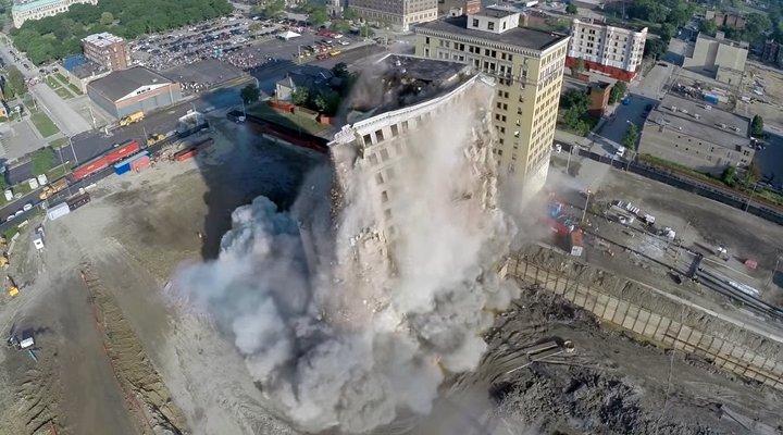 Video toà nhà được phá huỷ an toàn quay bằng drone