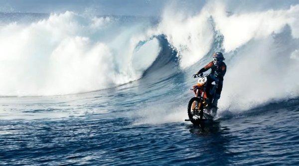 Trình diễn đi xe máy trên mặt nước độc đáo đến khó tin