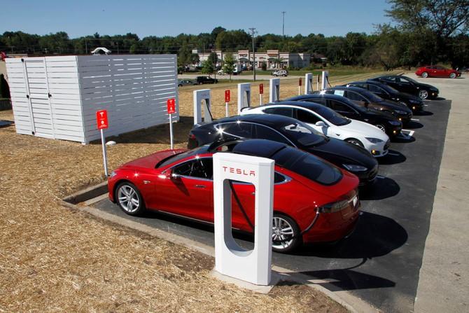 Điểm chung về thành công của Tesla trên mảng xe hơi chạy điện, Apple trên thị trường smartphone/tablet và Amazon trên thị trường điện toán đám mây là cả 3 ông lớn này đều đặt cược 100% vào tầm nhìn tương lai của mình.