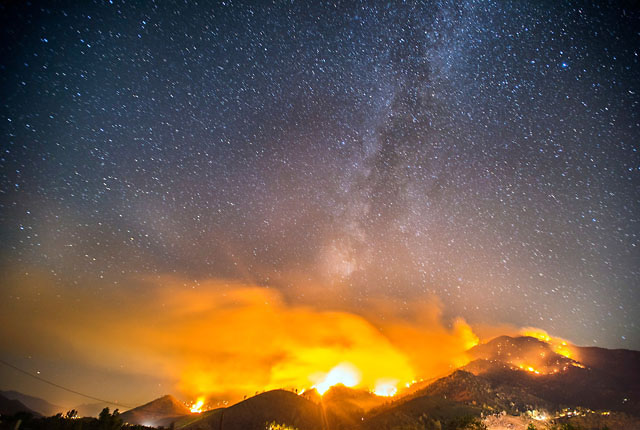 Cơn cháy rừng dữ dội tại Nam California, Mỹ bỗng trở thành những khung cảnh tưởng như chỉ có trong truyện cổ tích dưới ống kính của máy ảnh.