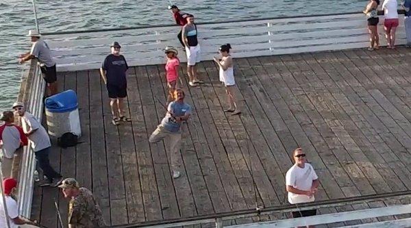 Câu cá, câu luôn... drone đang bay