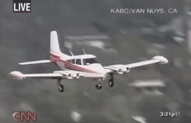 Bánh xe hỏng, máy bay phải hạ cánh bằng mũi!