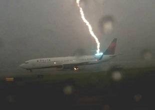 Video cận cảnh màn sét đánh trúng đuôi máy bay