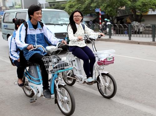 Học sinh phải ký cam kết đội mũ bảo hiểm khi đi xe đạp điện