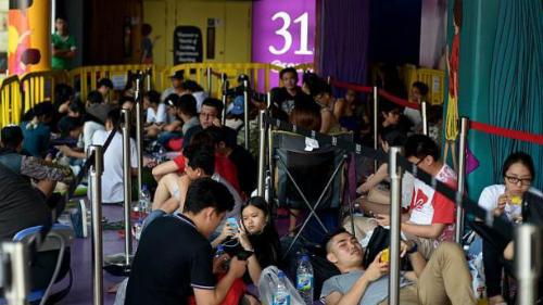Kết quả hình ảnh cho xếp hàng mua iphone x ở singapore