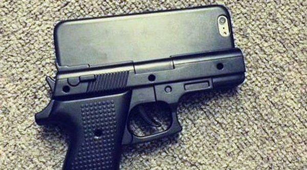 Vỏ iPhone hình khẩu súng khiến sân bay náo loạn