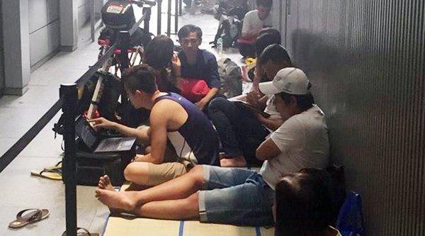 Người Việt ăn ngủ ở Singapore chờ mua iPhone 6s