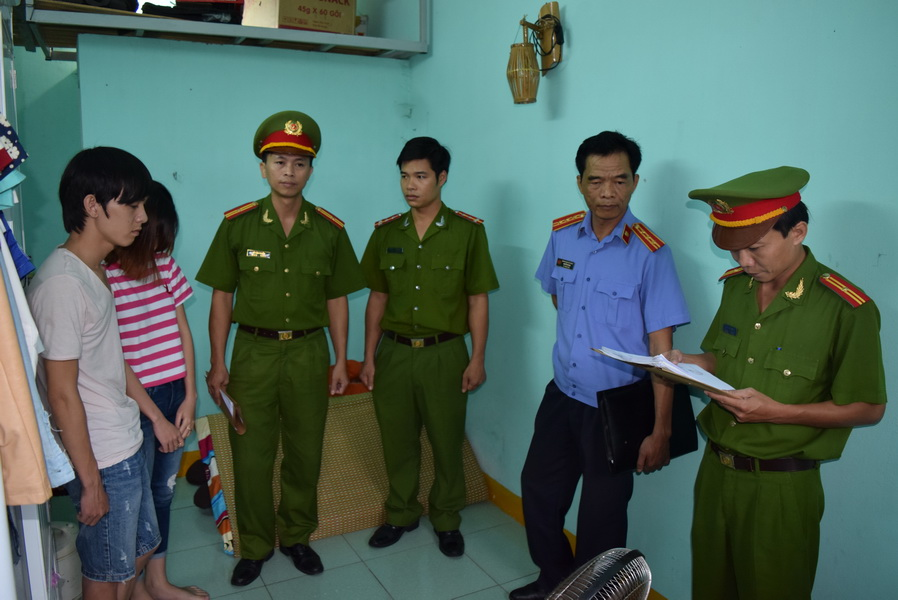 Cơ quan công an đọc lệnh bắt Trần Long Hạc