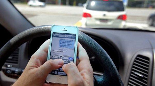 Mải nhắn tin khi lái xe, teen girl gây tai nạn thảm khốc