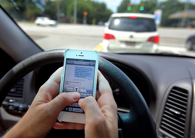 "Résultat de recherche d'images pour ""nhắn tin khi lái xe"""