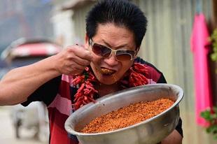 Gặp gỡ người đàn ông ăn... 2,5 cân ớt mỗi ngày