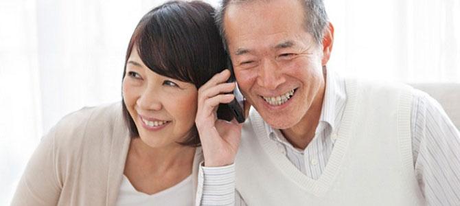 """Cách đánh bại tâm lý """"ngại dùng"""" smartphone ở người già"""