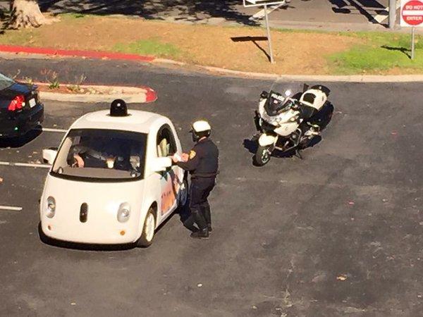 Xe tự lái của Google bị cảnh sát hỏi thăm