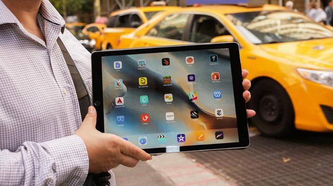 Do Sharp không thể đáp ứng đầy đủ nhu cầu màn hình 12.9 inch cho chiếc iPad mới nhất, Apple đã lại phải nhờ tới đối thủ truyền kiếp của mình để tăng sản lượng iPad Pro.