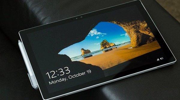 Doanh số tablet trực tuyến của Microsoft trong tháng 10 vượt mặt Apple