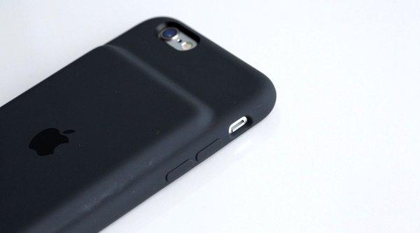 Tim Cook - 'Cục bướu' trên Smart Battery Case là một... tính năng
