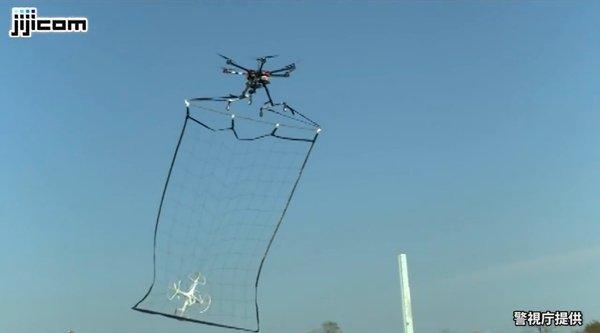 Dùng drone to... để 'chài' drone nhỏ