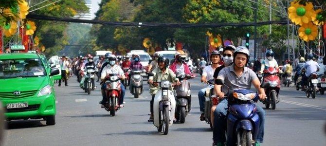 Bật đèn xe máy ban ngày có cần thiết với Việt Nam?