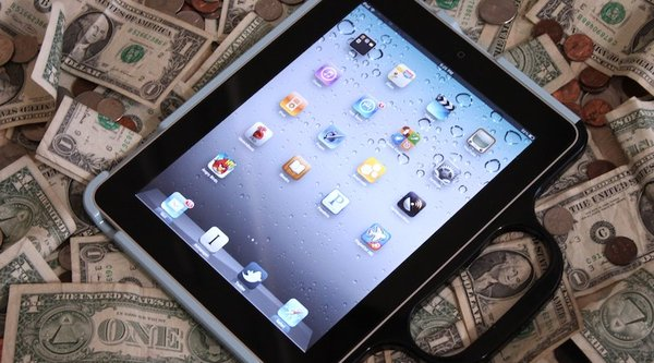 Cho con chơi game iPad, ông bố bị 'nướng' 6.000 USD