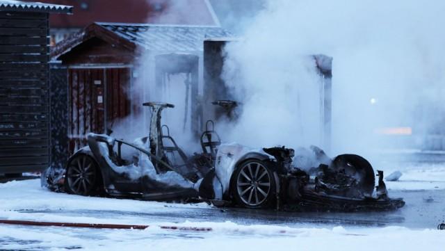 Đây là lần đầu tiên một chiếc xe của Tesla bị cháy khi đang sử dụng cổng sạc nhanh tại trạm sạc của hãng.