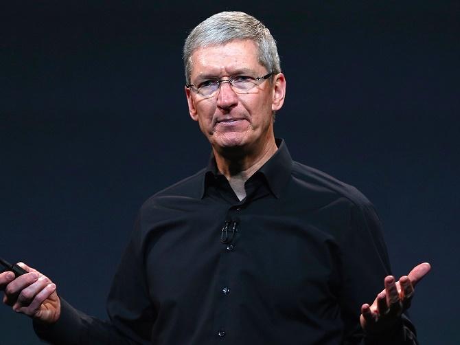 Tỷ giá ngoại tệ tăng cao của đồng đô la Mỹ so với các đồng tiền khác đã gây ảnh hưởng xấu tới tình hình kinh doanh của Apple.  Theo thông tin của tờ báo tài chính Nikkei Nhật Bản, Apple sẽ cắt giảm 30% sản lượng iPhone 6s và 6s Plus trong quý tài chính từ tháng 1 đến tháng 3/2016. Lý do cho đợt cắt giảm sản lượng này là bởi lượng hàng tồn của 2 mẫu iPhone mới nhất vẫn còn là khá nhiều, một phần do tỷ giá ngoại tệ tăng cao khiến cho giá iPhone tại các quốc gia đang phát triển cũng bị tăng theo. Dẫn lời các nguồn tin trong chuỗi cung ứng của Apple, Nikkei khẳng định sản lượng iPhone sẽ trở lại bình thường trong quý tiếp theo, tức là quý 2/2016.  Đây không phải là lần đầu tiên các chuyên gia tài chính đưa ra các dự đoán ảm đạm về doanh số iPhone. Vào tháng trước, một số nhà phân tích tại Phố Wall đã lên tiếng khẳng định rằng doanh số iPhone sẽ gặp hiện tượng sụt giảm lần đầu tiên trong lịch sử. Dự đoán này được đưa ra dựa theo doanh số sụt giảm của các nhà cung ứng linh kiện iPhone. Vào ngày thứ ba vừa qua, nhà phân tích Gene Munster của công ty Piper Jaffray cũng đưa ra báo cáo rằng mối lo ngại của các nhà đầu tư về hiện tượng doanh số iPhone sụt giảm cũng đang gia tăng, trong đó một vài người cho rằng doanh số của Apple trong quý đầu năm có thể sẽ chỉ đạt 50 triệu đơn vị, thấp hơn đáng kể so với mức dự đoán 58,5 triệu chiếc. Song, nhà phân tích này cũng cho rằng dựa theo dữ liệu quá khứ, các mức cắt giảm đối với nhà cung ứng hay chu trình sản xuất thường không có mối liên hệ trực tiếp với doanh số chính xác của iPhone, đồng thời khẳng định các dự đoán do chính Apple đưa ra trong tháng 12 vẫn sẽ là dự đoán chính xác nhất về doanh số tổng thể của iPhone. Trong bản dự đoán này, CEO Tim Cook cho biết doanh số iPhone vẫn sẽ tăng trưởng trong quý sắp tới. Trong gần 3 năm qua, các dự đoán của Apple đưa ra luôn tỏ ra hoàn toàn chính xác.