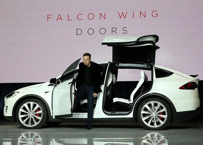 Công nghệ Summon (gọi xe tự lái tới vị trí của bạn) trên Model S mới chỉ hoạt động trên khoảng cách 12 mét, nhưng theo CEO Elon Musk, con số này sẽ sớm được nhân lên hàng trăm lần chỉ trong 2 năm.