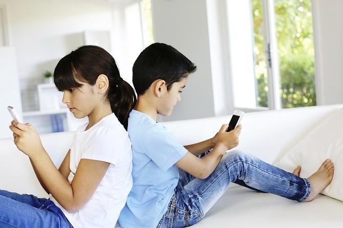 """Trẻ em Việt Nam """"nghiện"""" di động hơn giới trẻ Mỹ"""