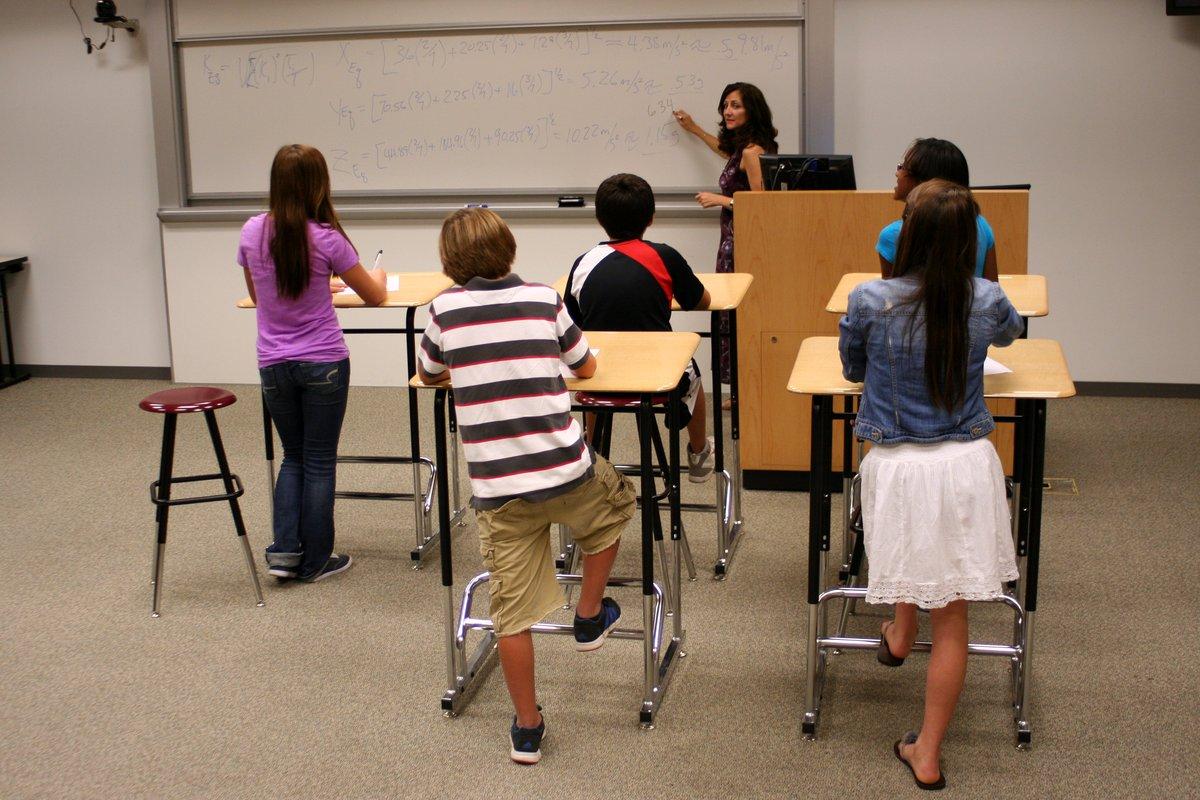 Dùng bàn đứng để cải thiện sức khoẻ và IQ học sinh