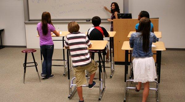 Nghiên cứu dùng bàn đứng để cải thiện sức khoẻ và IQ học sinh