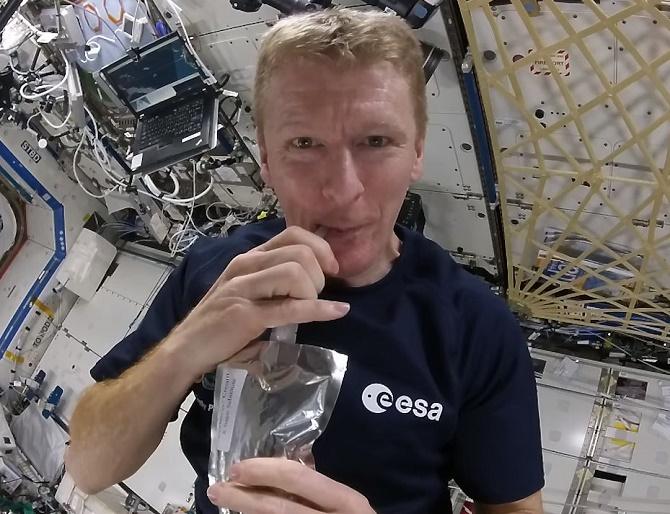 Các phi hành gia uống cà phê trên trạm không gian như thế nào?
