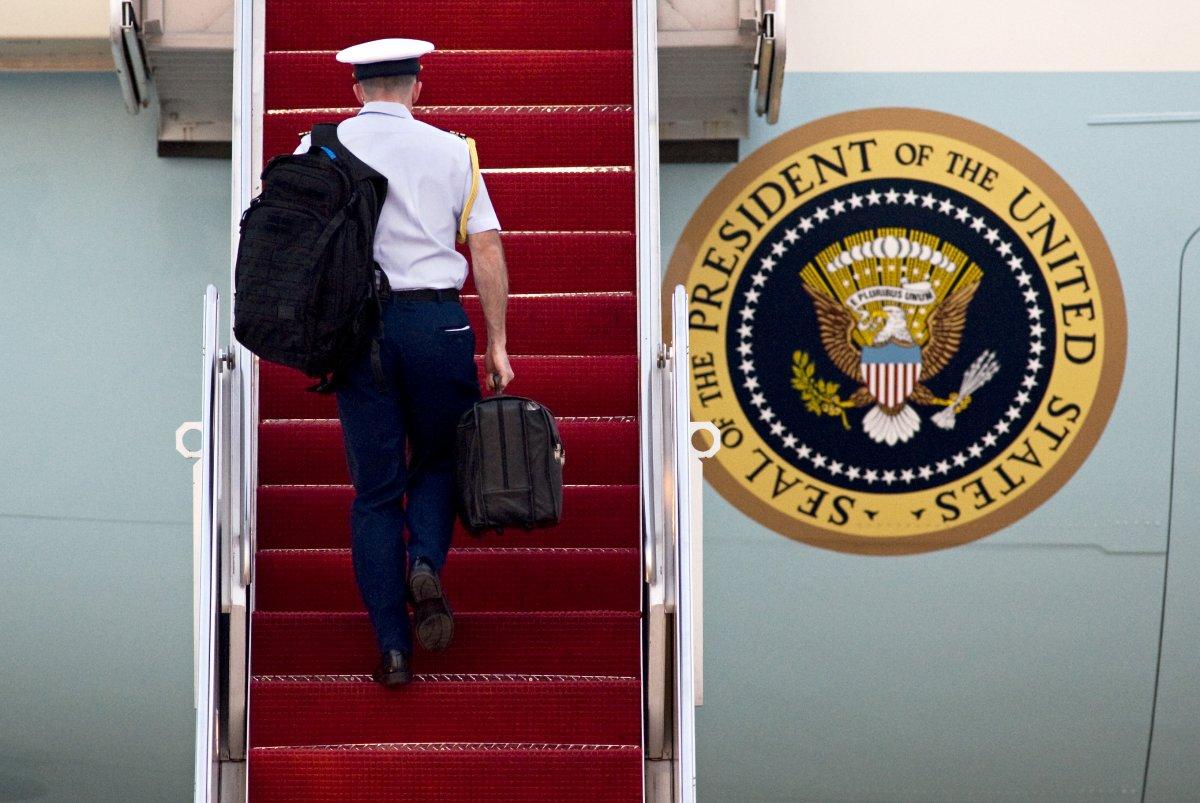 Có gì bên trong chiếc túi da bí mật của Tổng thống Mỹ?