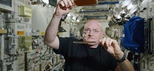 Video phi hành gia vũ trụ chơi bóng bàn với... giọt nước