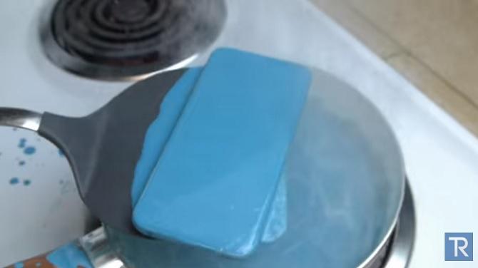 Nấu iPhone 6s trong bút chì sáp nóng chảy