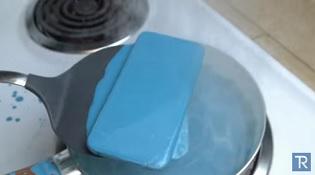 Nấu iPhone 6s trong chảo sáp sôi