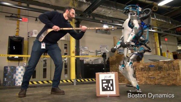 Sốc với robot 2 chân biết giữ thăng bằng cả khi bị xô ngã