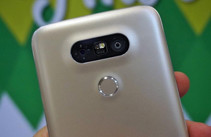 Cả LG G5 và Galaxy S7 đều không hỗ trợ tính năng dùng thẻ nhớ như bộ nhớ trong
